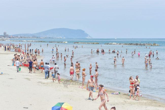 estate-al-mare-spiaggia-bagnanti-lungomare-centro-civitanova-FDM-3-650x434