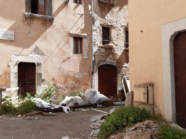 visso-piazza-sisma-1-650x488