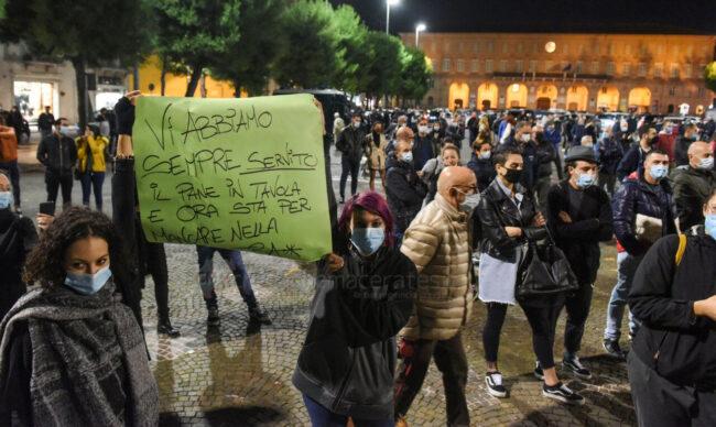 protesta-ristoratori-covid-piazza-xx-settembre-civitanova-FDM-13-650x388