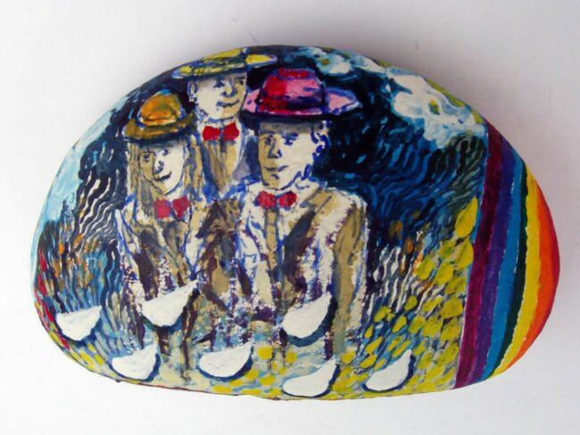 Mosaico-con-tre-figure-di-Carlo-Iacomucci-acrilico-su-sasso-della-Vallesina-2021-650x488